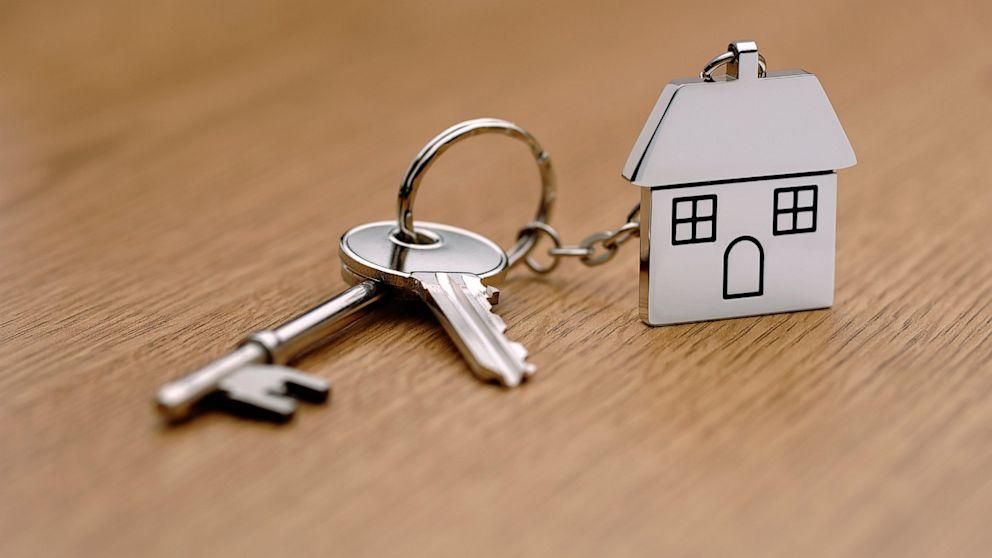 Сами вчетвером в однушке живем, а родители не хотят нам отдавать свою трехкомнатную квартиру