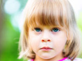Мама не смогла оплатить счет за садик, а заведующая выставила ребенка за дверь