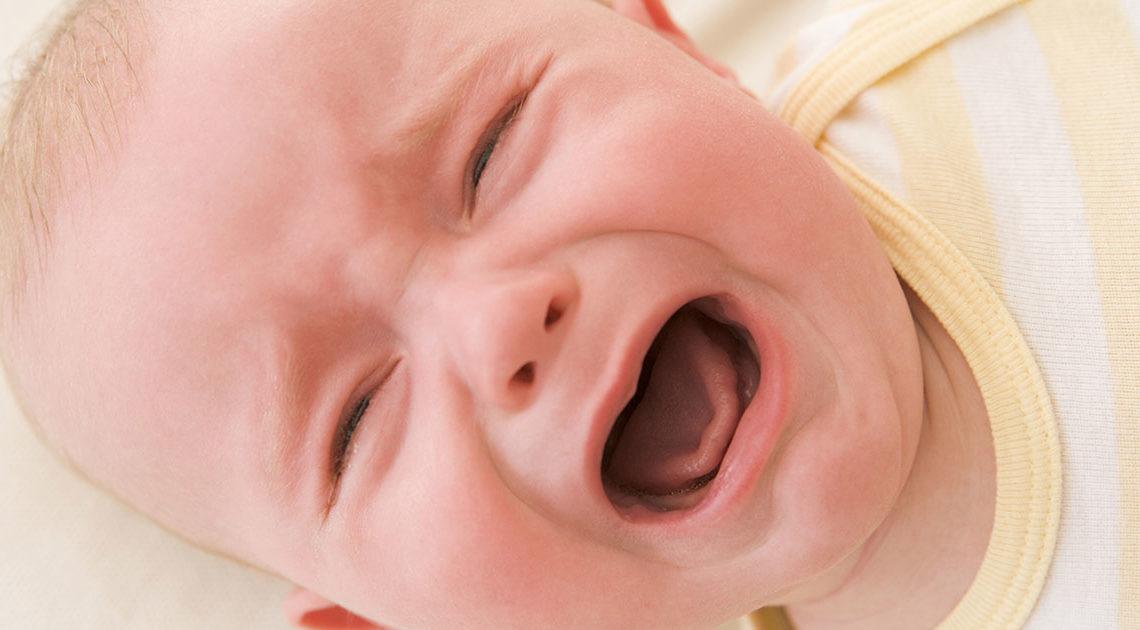 Ребенок громко плакал, а пьяная мать хохотала