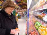 Сзади стоит старушка и просит меня взвесить ей мандарины, так как она плохо видит
